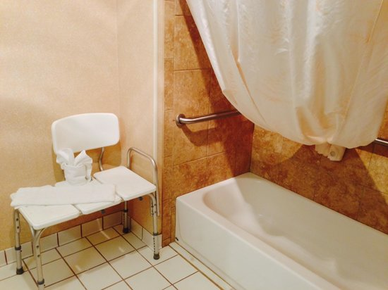 Comfort Inn Jamestown: Large bathroom (handicap accessible)
