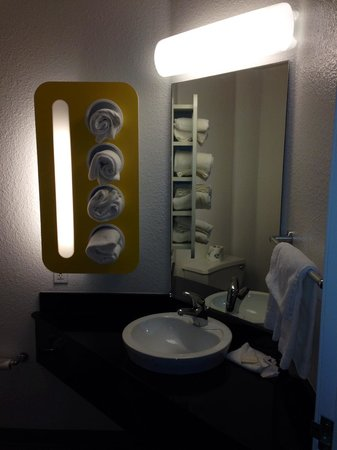 Motel 6 Missoula: Small but adequate bathroom with unique towel rack
