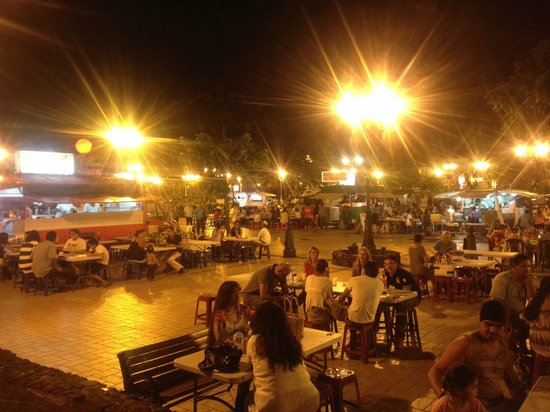 Crêperie la Boule Rouge : La piazza illuminata