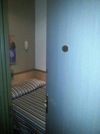Hotel d'Angleterre : la porte d entree bute dans le lit