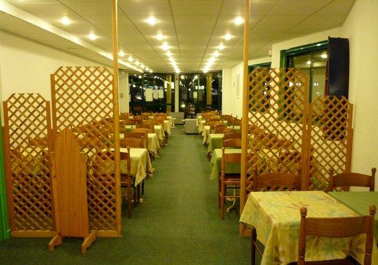 Hotel Gabriel : 朝食会場 合宿所のようです