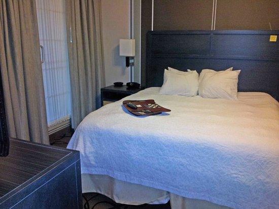 Hampton Inn & Suites Buffalo Downtown : Bedroom (door on left to balcony)