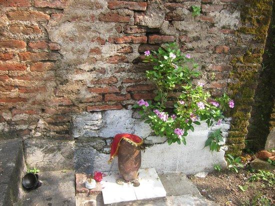Ahilya Fort: Small shrine near garden wall