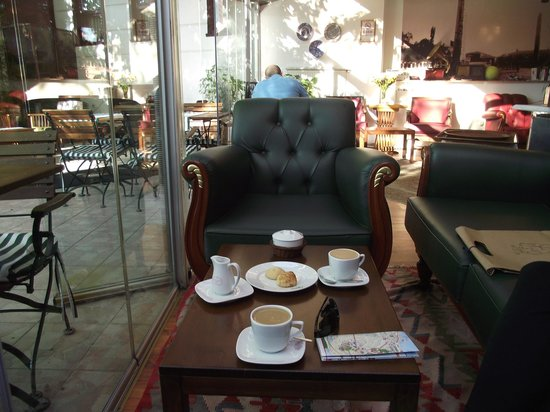 Rose Garden Suites Istanbul: Free tea, coffee and snacks all day in the lobby