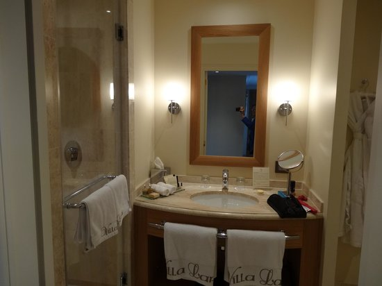 Villa Lara Hotel: Bathroom with large shower