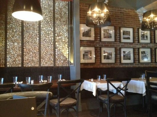 Fresco Bistro Italiano + Westside Lounge: Attractive wall and chandeliers