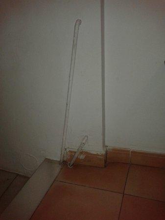 Pension Landazuri: bajada peligrosa para crios, con tubos de calefacción por fuera