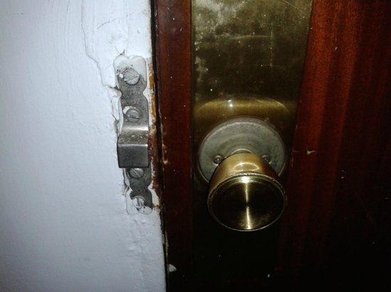 Pension Landazuri: Puerta: el pomo no funcionaba.