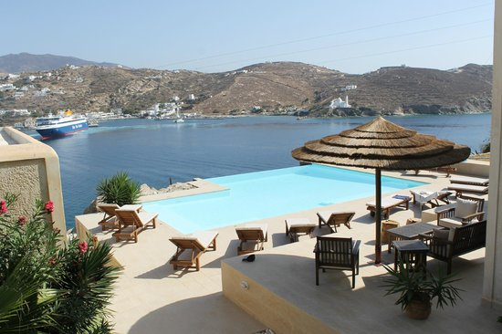 Seabreeze Hotel: View over the infinity pool and bay