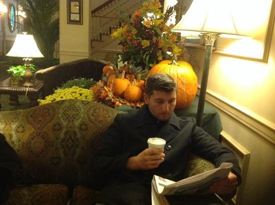 Hawthorne Hotel : Relaxing in the hotel lobby