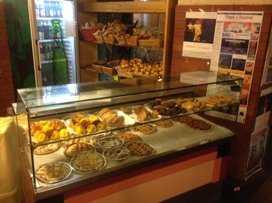 La Renella: lots of breads and pies