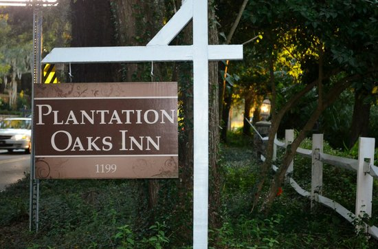 Plantation Oaks Inn: Greeting sign