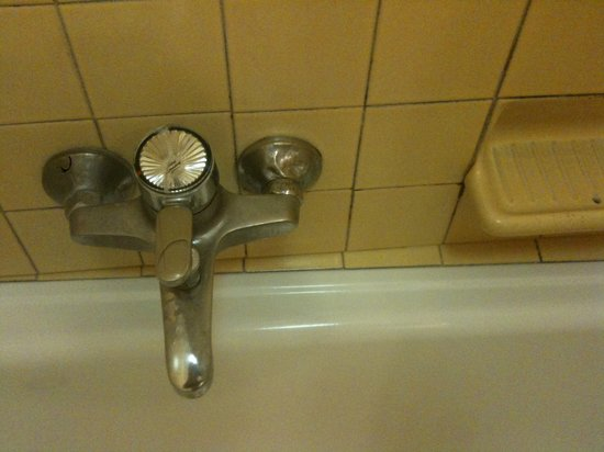 Hotel La Fenice Et Des Artistes : rubinetteria vetusta vasca da bagno