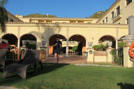 Gran Hotel Benahavis: Drinks by the pool