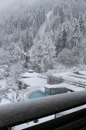 Lenkerhof gourmet spa resort: Blick vom Balkon der Loftsuite auf den äusseren Teil des Wellnessbereichs