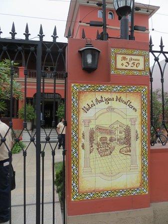 Antigua Miraflores Hotel: Gated entrance