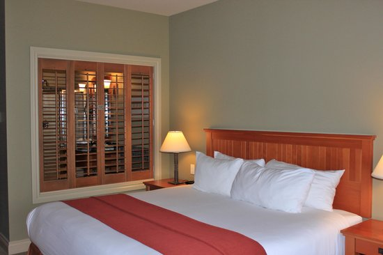 Long Beach Lodge Resort : Bed and shutters to Bath
