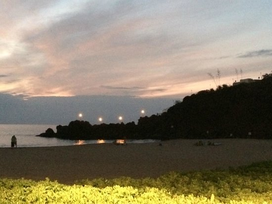 Sheraton Maui Resort & Spa: View of Black Rock Beach at night after the torch lighting ceremony
