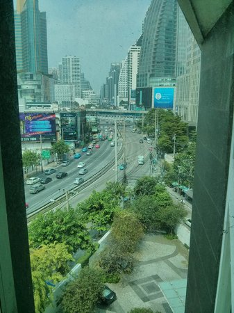 Maduzi Hotel: You can see the skytrain, terminal 21 and other shopping from our room - you're right there!
