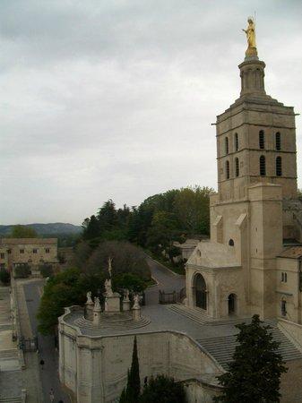 """Cathédrale Notre-Dame-des-Doms : esterno con campanile, statua della Vergine, sagrato con il """"Calvario"""""""