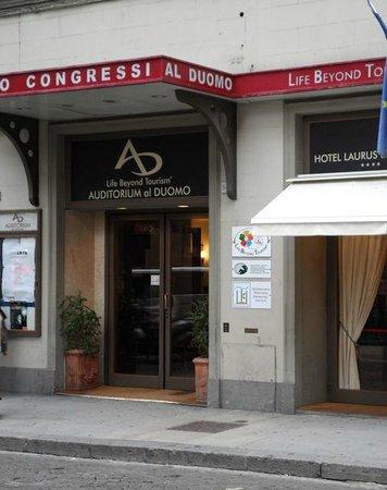 Hotel Laurus al Duomo: The entrance of the hotel
