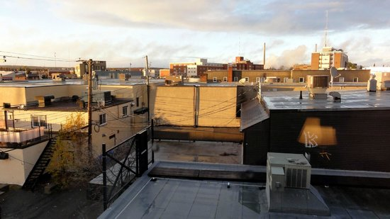Best Western Plus Hotel Albert Rouyn-Noranda: View of the back side of the hotel