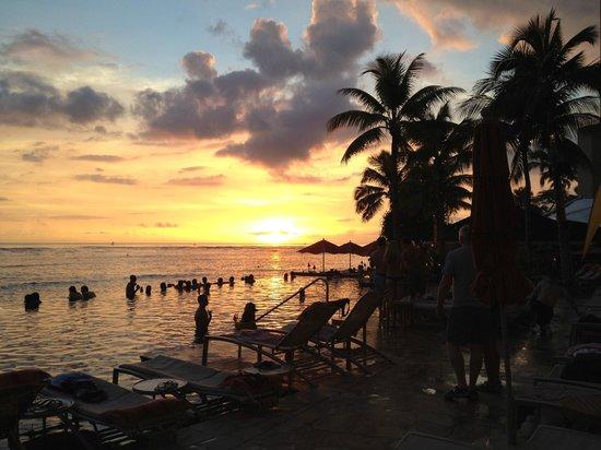 Sheraton Waikiki: Sunset at the pool