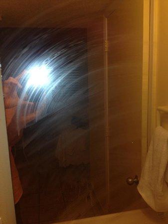 Bayside Inn Key Largo: bathroom mirror smudge/worse in person