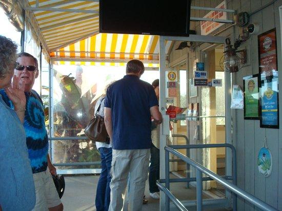 Arnold's Restaurant: Waiting line outside the door