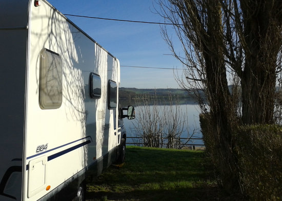 Camping du Lac de Panthier: Lake view from the campsite
