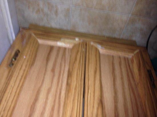 Golden Manor Inn & Suites: Restroom cabinet.