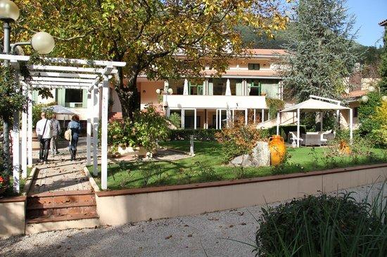 Guesia Village Hotel and Spa: il giardino dell'hotel dal ruscelletto adiacente