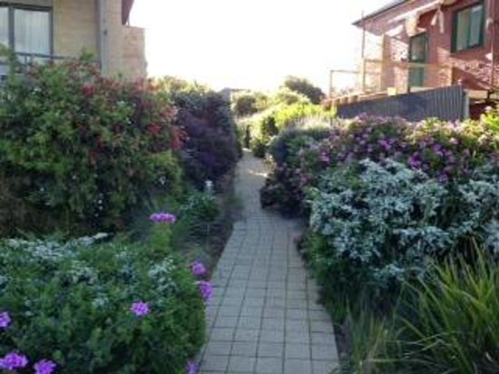 Grand Pacific Hotel Lorne: Great location, very nice landscaped path to apts.