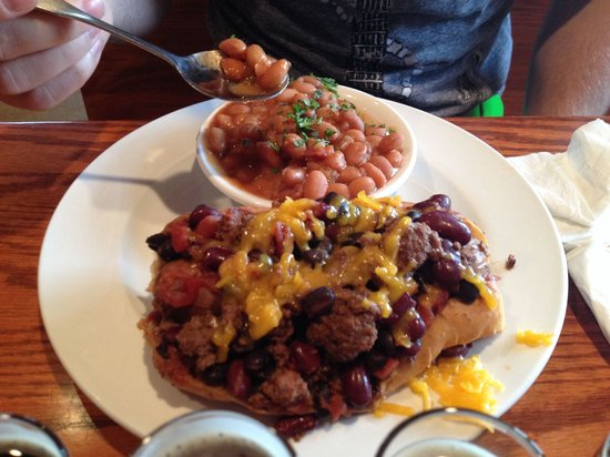 Blue Mountain Brewery: Nitro dog with baked beans