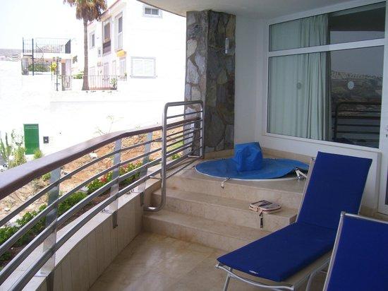 Club Gran Anfi : Balcony and spa bath