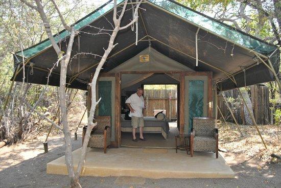 Vue de la tente chambre picture of mashatu tent camp for Tente de chambre
