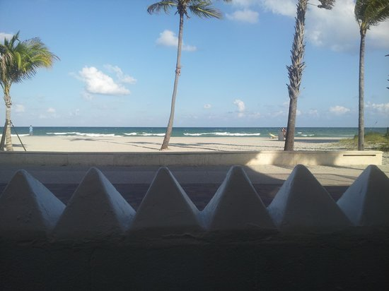 Paradise Oceanfront Hotel: room with view