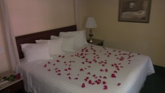 Ashley Inn and Suites: Romantic Package Rose Petals