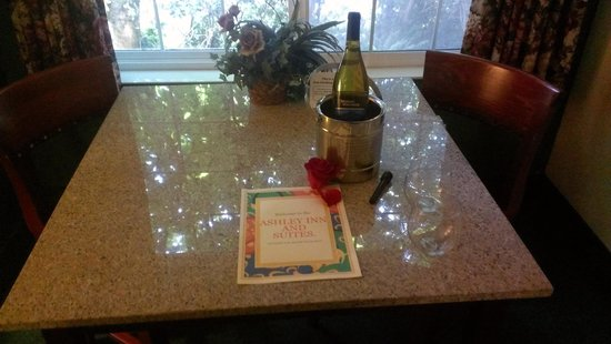 Ashley Inn and Suites: Chilled Wine with glasses