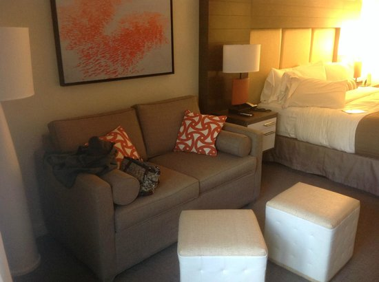 Sonesta Resort Hilton Head Island: Sofa in the room