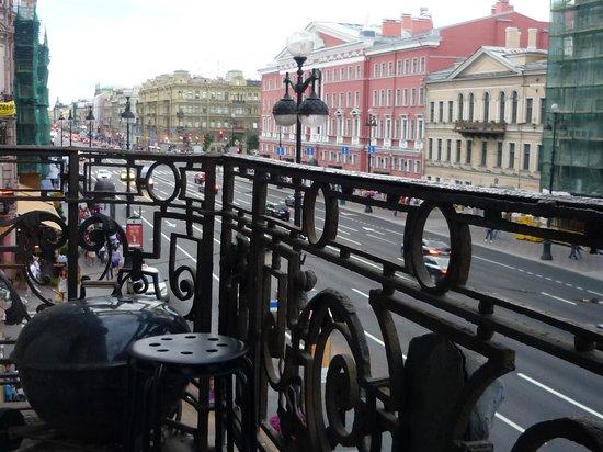 Right on Nevsk Hostel: view over nevsky prospect