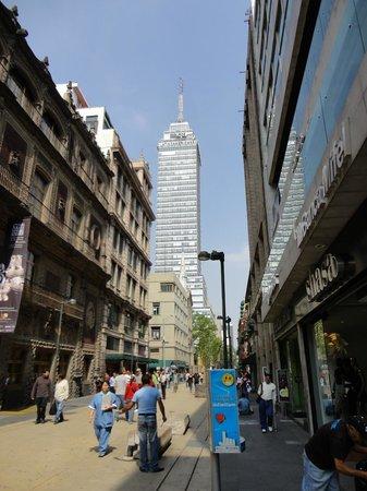 Hotel Ritz Mexico: Rua em frente ao hotel.