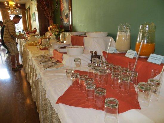 Royal Inn Hotel: Lots of good breakfast choices