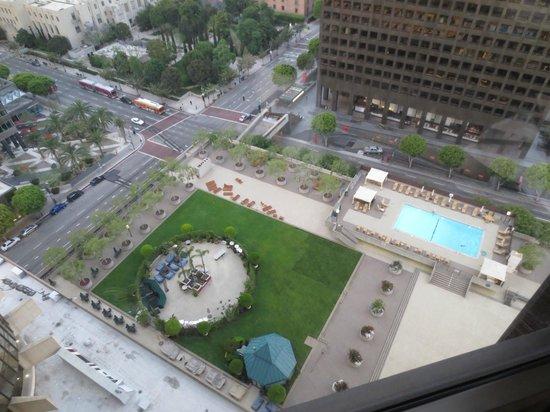 The Westin Bonaventure Hotel & Suites: Aussicht von unserem Zimmer auf den Pool