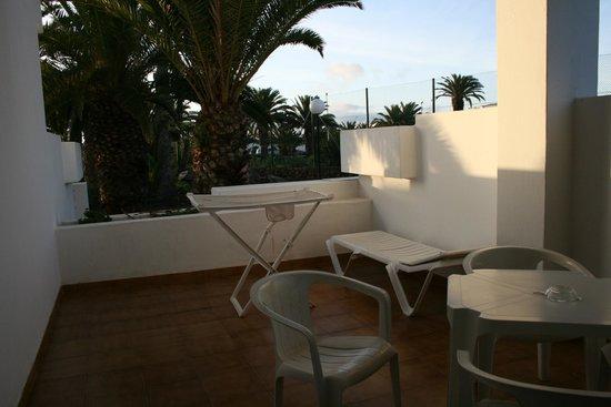 H10 Suites Lanzarote Gardens: Terraza del apartamento