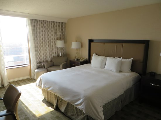 Hilton St. Louis at the Ballpark: King Bed room