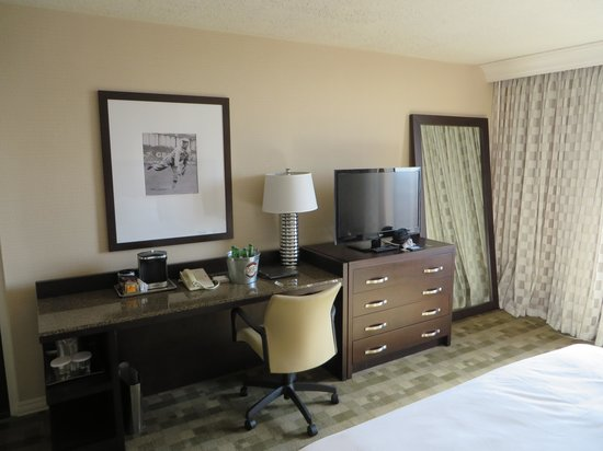 Hilton St. Louis at the Ballpark: room desk