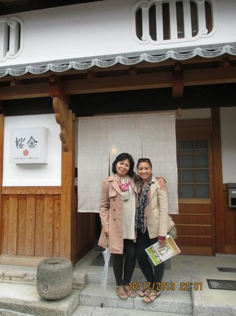 Guesthouse Sakuraya: My mom and me in front of the Guesthouse