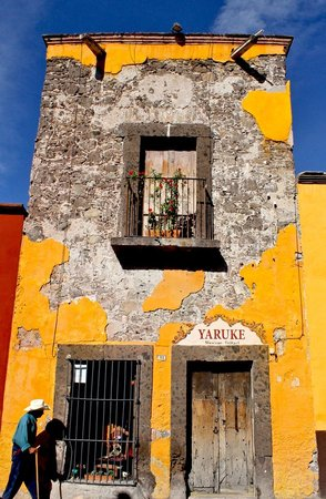Real de Minas San Miguel de Allende: Fachada de casa cercana al Hotel...