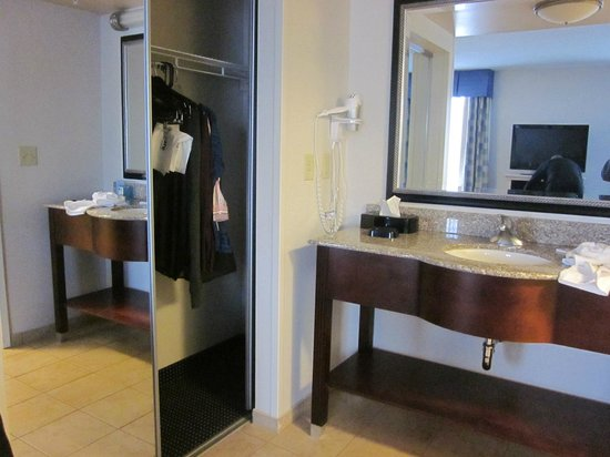 Hampton Inn and Suites Cape Cod - West Yarmouth: closet
